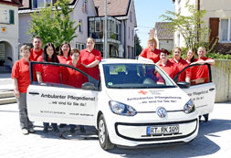 Team des Ambulanten Pflegedienstes am Auto